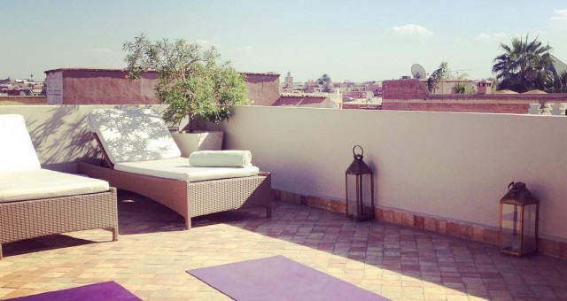 Waiting for my students on the rooftop ☀️#yoga #yogawithstef #yogamarrakech #asanas #yogapractice #marrakech #sun #sunny #sunnyday #bluesky #blue #sky